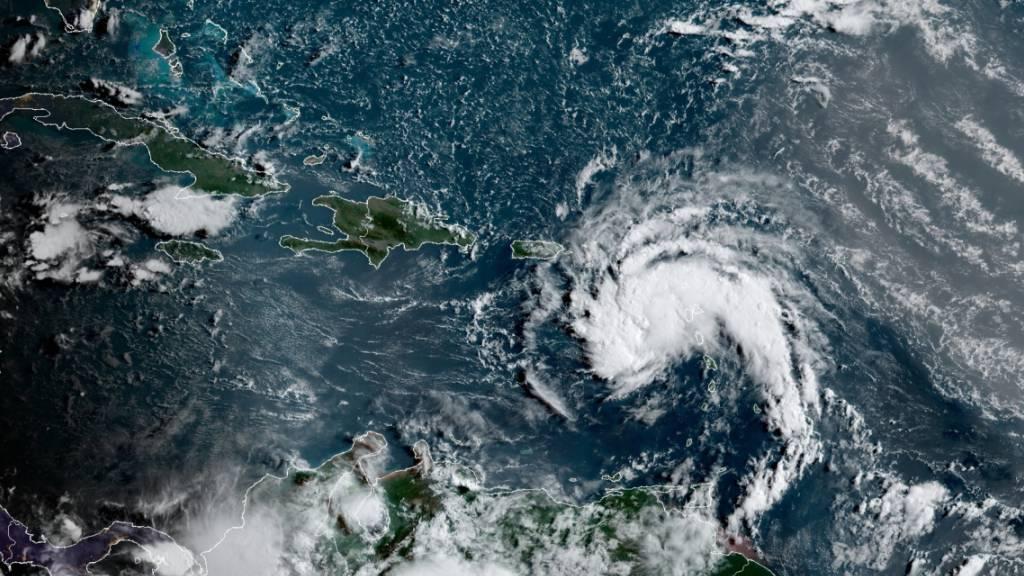 HANDOUT - Das Nationale Hurrikan-Zentrum gab eine Tropensturm-Warnung für die US-Jungferninseln und Puerto Rico heraus, wo die Meteorologen erwarteten, dass sich der potenzielle Wirbelsturm am Dienstag zum sechsten benannten Sturm, Fred, der atlantischen Hurrikansaison verstärken würde. Foto: NOAA/NESDIS/STAR GOES/AP/dpa - ACHTUNG: Nur zur redaktionellen Verwendung und nur mit vollständiger Nennung des vorstehenden Credits