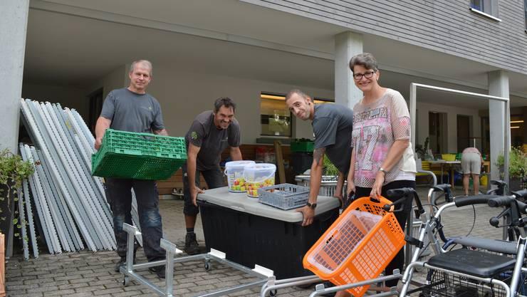 Irma Jordi (r.) erhält beim Aufräumen tatkräftige Unterstützung des technischen Dienstes des Alterszentrums Lindenhof in Oftringen. Das Lachen ist ihnen trotz der Schäden nicht vergangen.