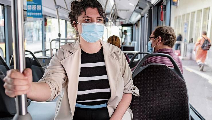 An dieses Bild wird man sich gewöhnen müssen: Das Maskentragen im ÖV ist ab heute Pflicht.