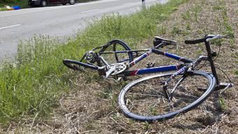 Der 70-jährige Velofahrer verletzte sich beim Sturz schwer am Kopf. Er verstarb noch auf der Unfallstelle. (Symbolbild)
