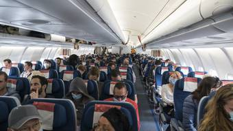 Schweizer Reisende auf dem Flug von Bogota, Kolumbien, nach Zürich am Dienstag, 24. März 2020. In der vom Eidgenössischen Aussendepartement EDA gecharteten Maschine der Edelweiss sassen 279 Schweizer und 35 Staatsangehörige aus benachbarten Ländern.