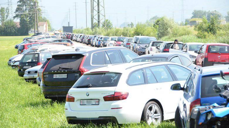 Die Autos reihen sich vor dem Flussbad in Uznach.