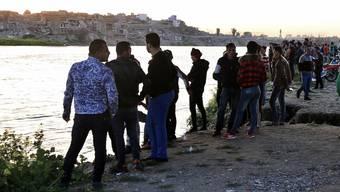 Bange Stunden für Angehörige von Opfern des Schiffsunglücks im Tigris bei Mossul.