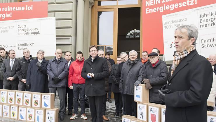 Aus Sicht der SVP ist die Energiestrategie zu teuer. Am Donnerstag hat sie die Unterschriften zum Referendum eingereicht.