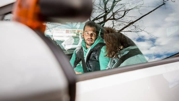 Fahrlehrer Michel Schwarzenbach aus Fislisbach erklärt die Fahrstunde.