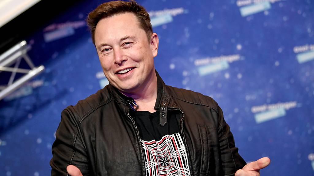 Der Chef von Tesla, Elon Musk, kann sich freuen – die Zahl der ausgelieferten Fahrzeuge im Jahr 2020 erreichte das selbstgesteckte Ziel des Autokonzerns. (Archivbild)