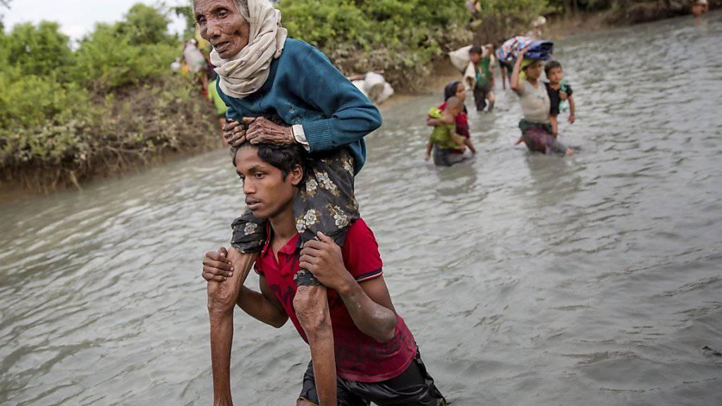 Rohingya fliehen durch einen Grenzfluss von Myanmar nach Bangladesch (Aufnahme vom 1. November 2017).