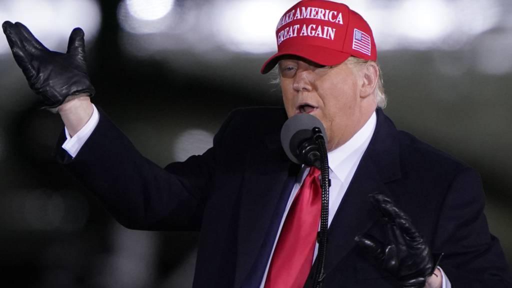 Donald Trump, Präsident der USA, spricht auf einer Wahlkampfkundgebung. Foto: Chris Carlson/AP/dpa