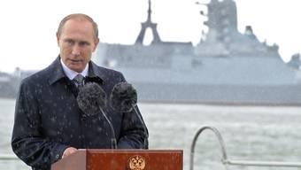 """Päppelt die russischen Streitkräfte auf: Präsident Putin trauert dem Sowjet-Imperium nach; dessen Zerfall sieht er als """"grösste geopolitische Katastrophe des 20. Jahrhunderts""""."""