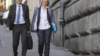 Vorwurf der Rassendiskriminierung: SVP-Generalsekretär Baltisser und Stellvertreterin Bär vor knapp einem Jahr auf dem Weg zum Prozess im Berner Amthaus.