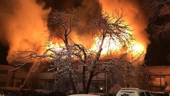 Mitten in einem Schlieremer Wohnquartier ist in der Nacht auf Montag ein Feuer ausgebrochen.