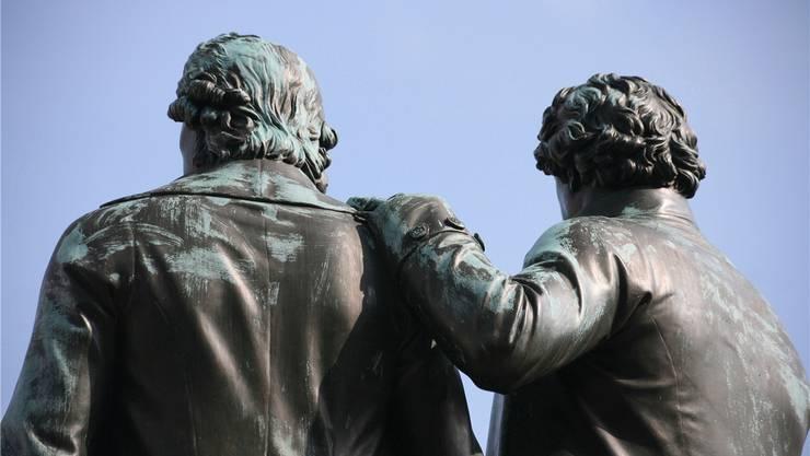 Auf immer in Bronze vereint: Die Dichterfreunde Schiller und Goethe auf dem Theaterplatz in Weimar. Eingefädelt haben ihre Freundschaft allerdings die Frauen am Hof.Okapia