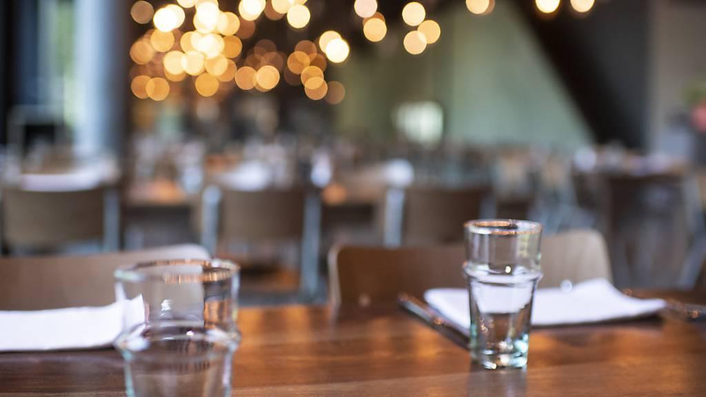 Die Schwyzer Regierung verlangt, dass mit dem nächsten Öffnungsschritt auf eine maximale Anzahl von Gästen pro Tisch in Restaurants verzichtet wird. (Symbolbild)
