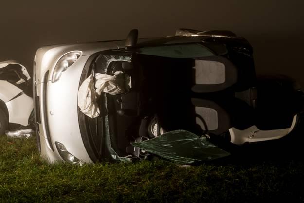 Unfall mit mehreren Autos auf der Hauptstrasse zwischen Freienwil und Hertenstein – Fahrer im Auto eingeklemmt