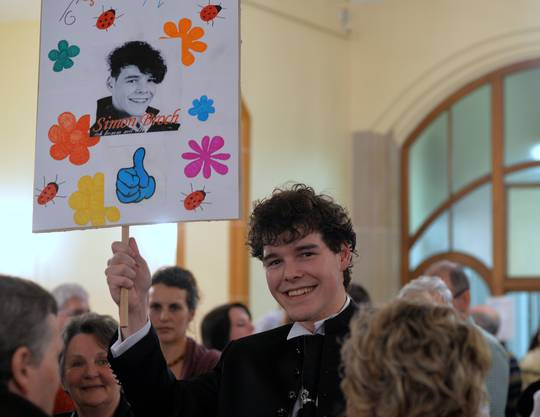 Stolz präsentiert Simon Broch in der Konzertpause das Plakat, mit dem ihn seine Fans ehrten.
