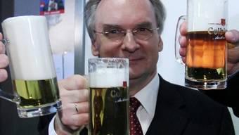 CDU-Spitzenkandidat Reiner Haseloff trinkt auf den Sieg