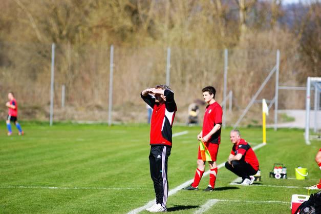 Oetwil-Trainer Roger Balmer scheint schwarz zu sehen