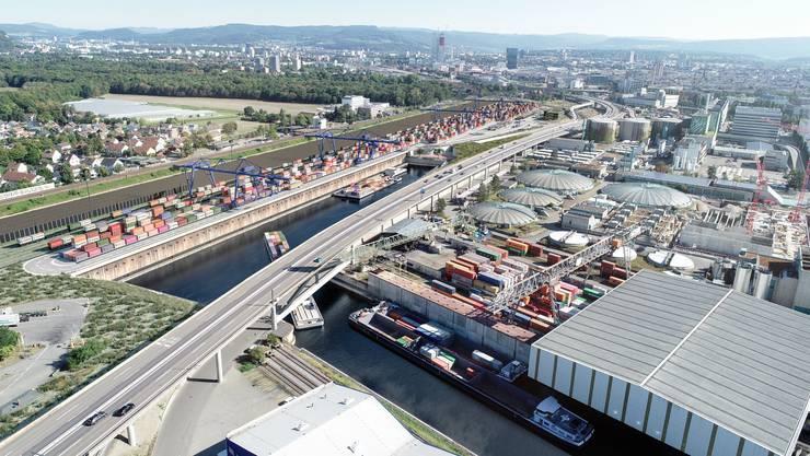 Die Autobahn trennt als Brücke das Hafenbecken 2 vom neuen Hafenbecken 3.