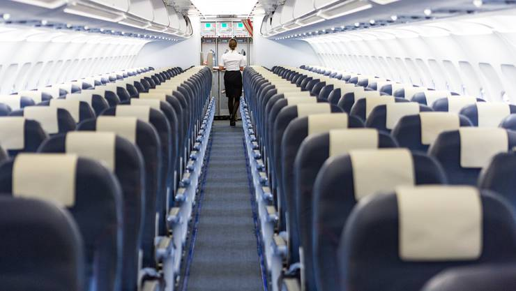 Die Passagiere mussten wieder aussteigen. Das Flugzeug wird durchsucht.