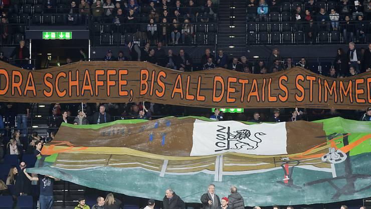 Die ZSC-Lions-Fans halten vor dem Spiel gegen Biel ein Transparent hoch
