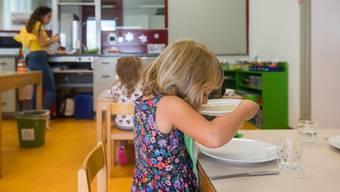 Das schmeckt vielen Eltern nicht: Im Kanton Tessin müssen vierjährige Kinder das Mittagessen zwingend in der Mensa einnehmen. Bild: Samuel Golay/Keystone/Ti-Press