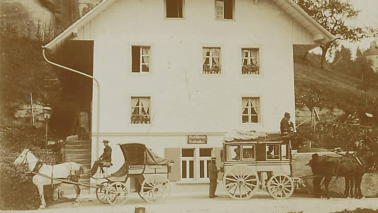 Die Postablage an der Wynentalstrasse 36 (in Betrieb von 1861–1911). Die Kutsche mit dem weissen Pferd machte die Strecke Aarau–Menziken, die mit den schwarzen Pferden ging nach Leutwil. zvg