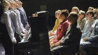 Ruedi Häusermann unternimmt in der Box des Schiffbaus zusammen mit Pianisten, Schauspielern und einem Chor eine musiktheatralische Reise durch seine Neukompositionen für Klaviere.