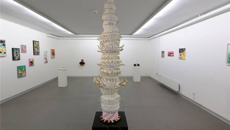 Im «Freispiel» zeigt Lex Vögtli Werke aus ihrem Schaffen. Zum ersten Mal auch die Installation «Totem». Eine Säule mit Knochen und Zähnen aus Laminat- und Modelliermasse.