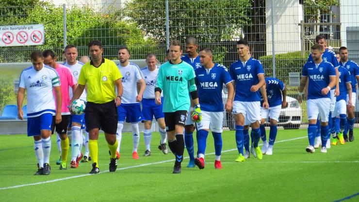 Einmarsch FC Riehen und FC Frenkendorf