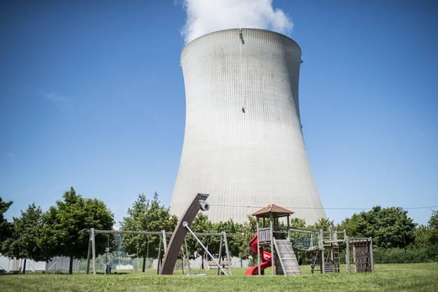 Die Atomkraftwerke Gösgen, Mühleberg, Beznau und Leibstadt stehen nahe der deutschen Grenze, was bei unseren Nachbarn für Unmut sorgt. Dafür haben umgekehrt die deutschen Subventionen von alternativen Energien einen negativen Einfluss auf die Schweizer Wasserkraftwerke.
