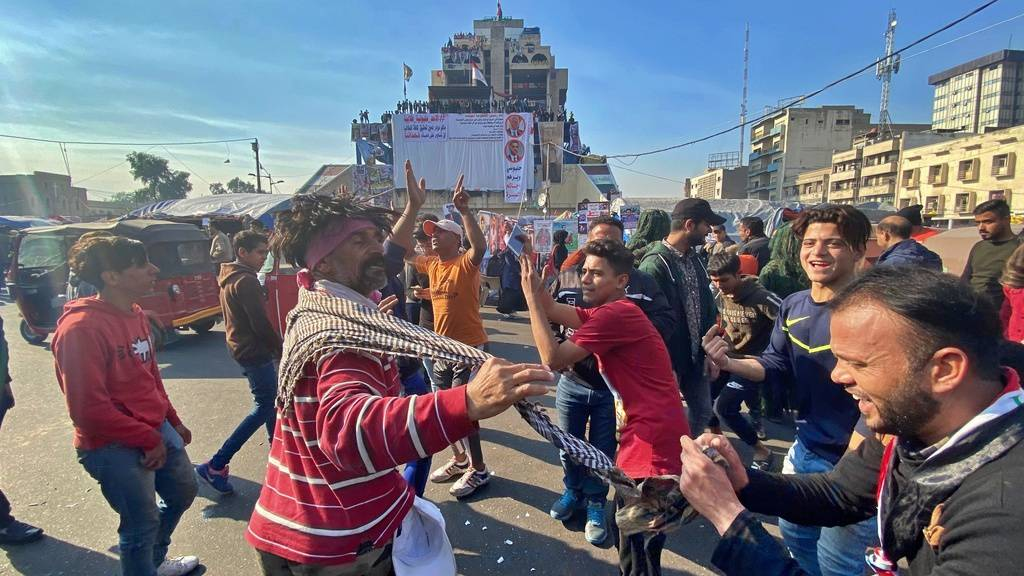 Anti-Regierungs-Demonstranten tanzen auf dem Tahrir-Platz in Bagdad.