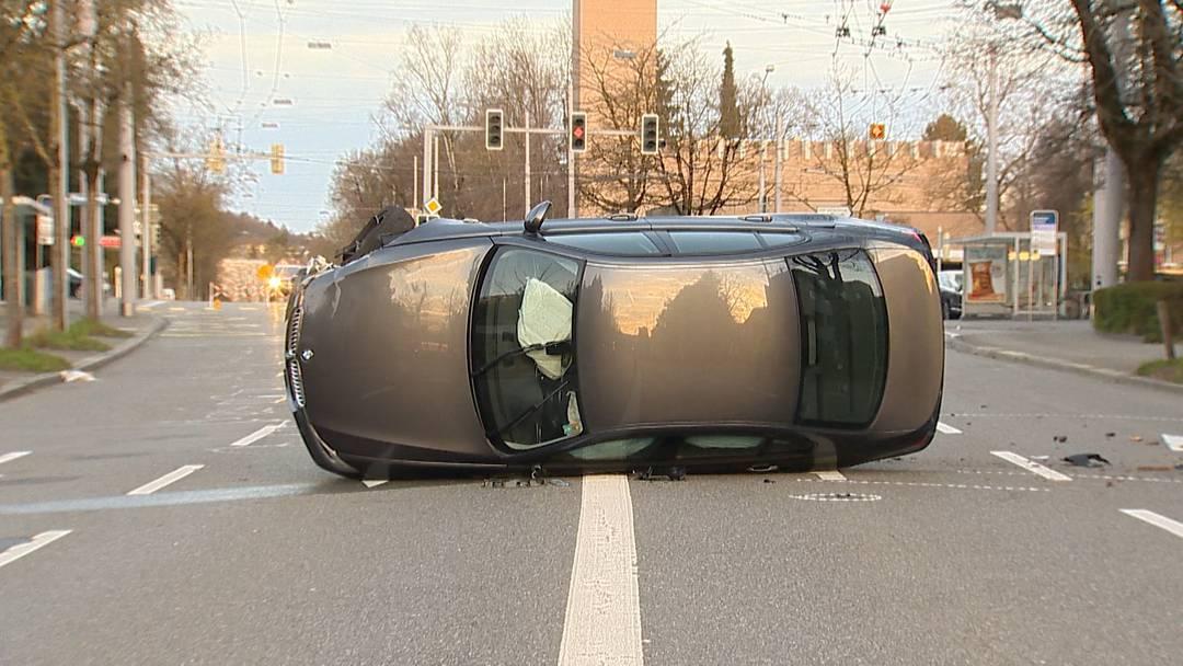 Glück im Unglück: Selbstunfall auf Wehntalerstrasse fordert keine Verletzten