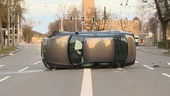 Zum Unfall kam es am frühen Sonntagmorgen auf Höhe der Bushaltestelle Glaubtenstrasse. Ein BMW kollidierte mutmasslich mit einem Baumstamm, schlitterte über den Boden und kam seitwärts zu stehen.