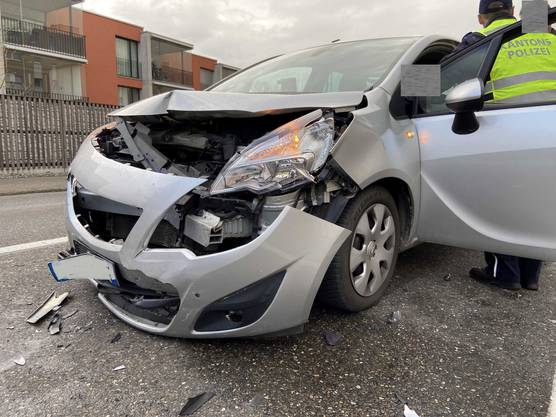 Dort prallte der Mercedes in einen anderen Mercedes. Dessen Fahrerin verletzte sich leicht.