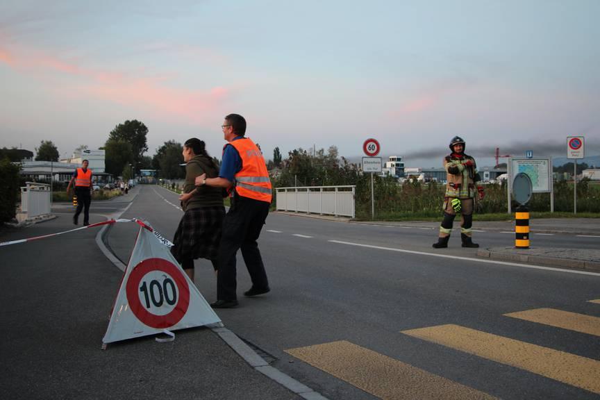 Die Frau versucht sich immer wieder Zutritt zum Flughafengelände zu verschaffen. Sie muss von Polizisten festgehalten werden. (Bild: FM1Today)