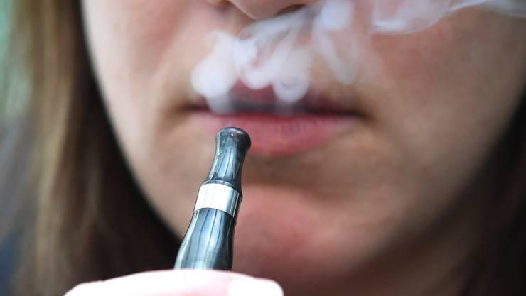 Während den vergangenen drei Wochen zählte die US-Gesundheitsbehörden 153 Verdachtsfälle von Lungenproblemen nach E-Zigarettenkonsum. (Symbolbild)