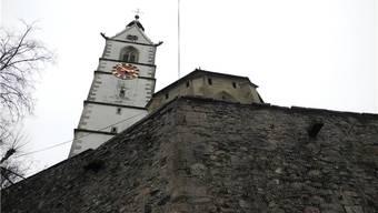 Die Kirchenmauer wurde bereits saniert und mit einem Gitter gesichert. mf