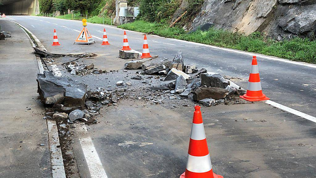 In der Nacht auf Sonntag ist im Kanton Schwyz ein Steinschlag auf die Strasse zwischen Brunnen und Gersau niedergegangen. Die Strasse ist bis mindestens Montagmittag gesperrt.