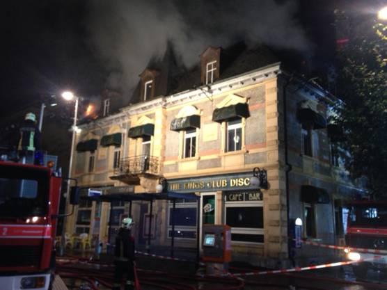 Gegen 23 Uhr trat immer noch eine grosse Menge Rauch aus dem Dachstock aus.