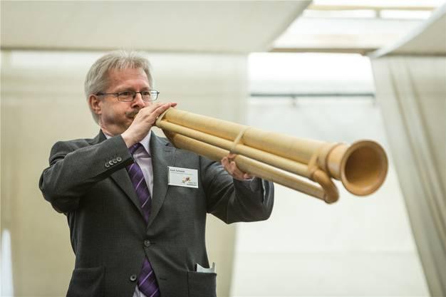 Spielt jeden Tag ein Instrument: Kurt Schmid mit einer Büchel in Schöftland.