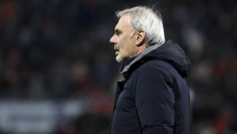 Xamax-Trainer Michel Decastel sieht, wie seine Spieler einen Rückstand von drei Toren wettmachen