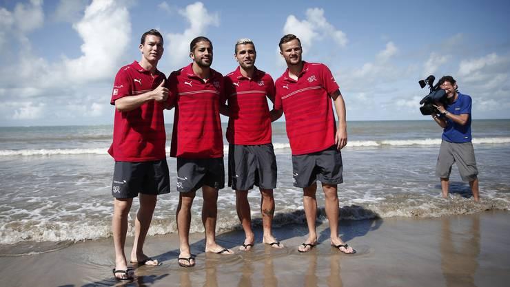 Stephan Lichtsteiner, Ricardo Rodriguez, Valon Behrami und Haris Seferovic am Strand von Porto Seguro