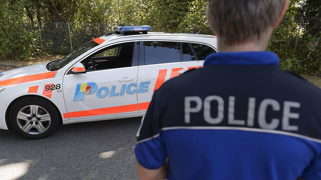 Die Kantonspolizei Genf ist am Mittwoch zu einer Wohnung gerufen worden. Darin befand sich eine junge Frau, die vermutlich durch Messerstiche getötet wurde. (Symbolbild)