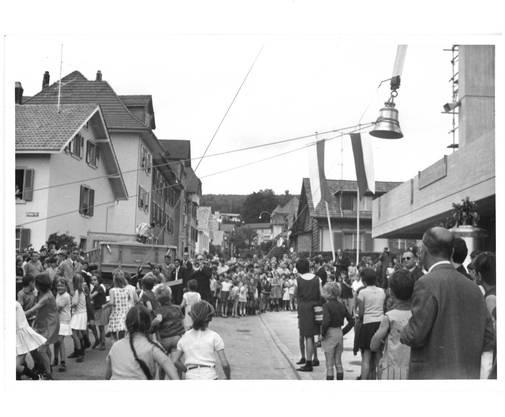 300 Gäste und 400 Kinder wohnten dem Glockenaufzug bei.