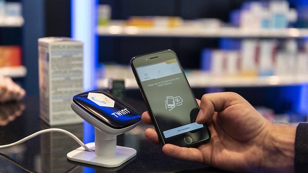 Schweizer Nutzer machen erst wenig Gebrauch von mobilen Bezahlmöglichkeiten wie Twint. Die Beliebtheit solcher Apps steigt aber. (Themenbild)