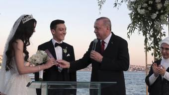 Der türkische Präsident Recep Tayyip Erdogan (rechts neben dem Brautpaar) war am Freitag Trauzeuge bei der Hochzeit des deutschen Ex-Nationalspielers Mesut Özil. (Archivbild)