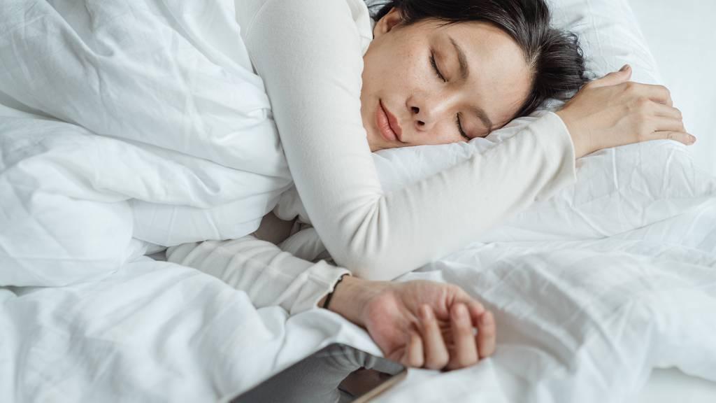In einem Schlaflabor werden die unterschiedlichen Schlafzyklen untersucht.
