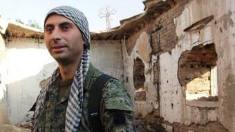 Johan Cosar vor einer vom IS zerstörten Kirche in Syrien.