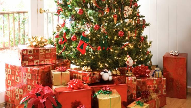 Der dienliche Ständer versteckt sich hinter den Geschenken – und sorgt dafür, dass der Baum nicht umfällt.Thinkstock