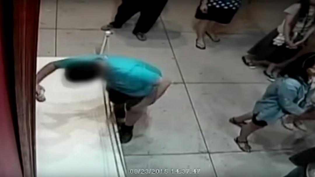 Eine Überwachungskamera des Museums in Taipeh hat aufgezeichnet, wie ein zwölfjähriger Junge in ein Kunstwerk stolpert und dabei enormen Schaden verursacht.